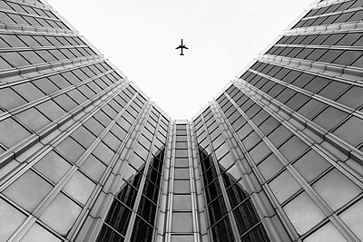 Germany, Duesseldorf, view to plane and facades of high-rise buildings from below - p300m2219601 by visual2020vision