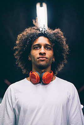 Young man with headphones around neck - p429m2098020 by Eugenio Marongiu