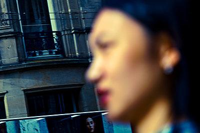 Frau in der Unschärfe - p979m1081230 von Martin Kosa
