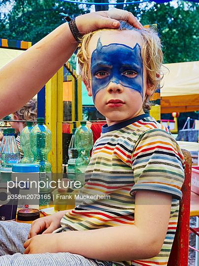 Kleiner Junge lässt sich schminken - p358m2073165 von Frank Muckenheim
