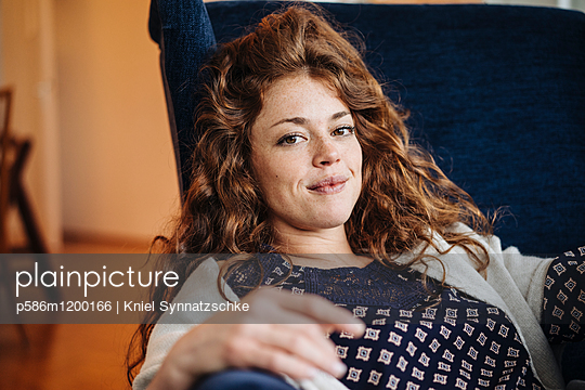 Porträt einer jungen Frau mit roten Haaren - p586m1200166 von Kniel Synnatzschke