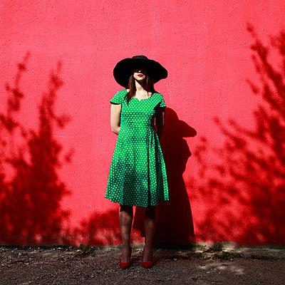 Frau mit Hut - p1105m2082583 von Virginie Plauchut