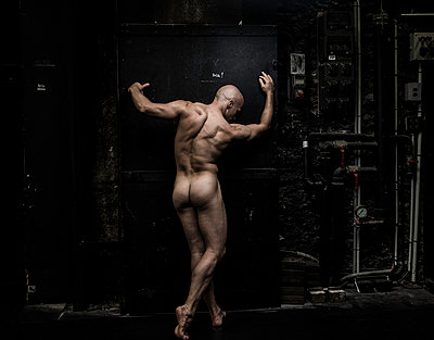Naked male dancer against conduit system - p1139m1503055 by Julien Benhamou