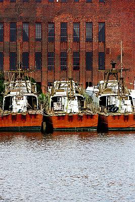Alte Schiffe vor altem Kraftwerk in Peenemünde - p248m949428 von BY