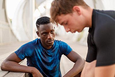Young man looking at male friend - p300m2277108 by Ignacio Ferrándiz Roig