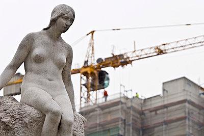 Skulptur mit Baukran - p4170116 von Pat Meise