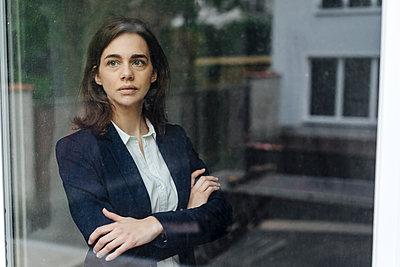Geschäftsfrau mit verschränkten Armen - p586m1510782 von Kniel Synnatzschke