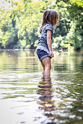 Kleines Mädchen im Fluss - p1019m1467398 von Stephen Carroll