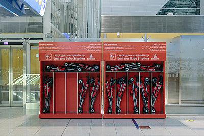 Kinderwagen, Flughafen - p1085m987294 von David Carreno Hansen