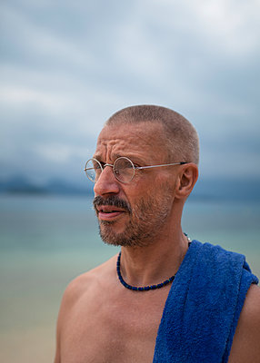 Man wearing metal-rimmed glasses on the beach - p1324m1441282 by michaelhopf