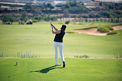 Woman playing golf on golf course - p300m659871f by Gerald Nowak