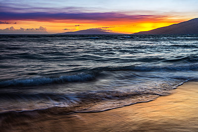 A sunset view with soft water from North Kihei; Maui, Hawaii, United States of America - p442m2039470 by Jenna Szerlag