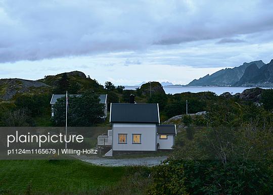 Haus auf den Lofoten bei Nacht - p1124m1165679 von Willing-Holtz