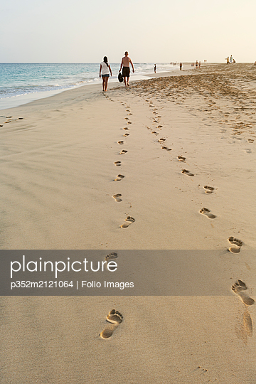 People walking on beach in Cape Verde - p352m2121064 by Folio Images
