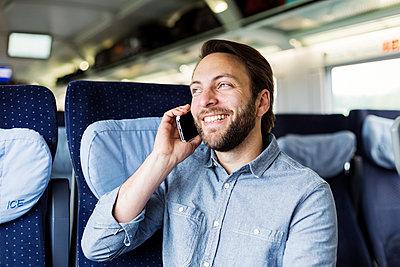 Mann telefoniert im Zug - p1114m1159739 von Carina Wendland