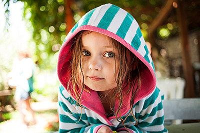 Kind im Bademantel - p1386m1452204 von beesch
