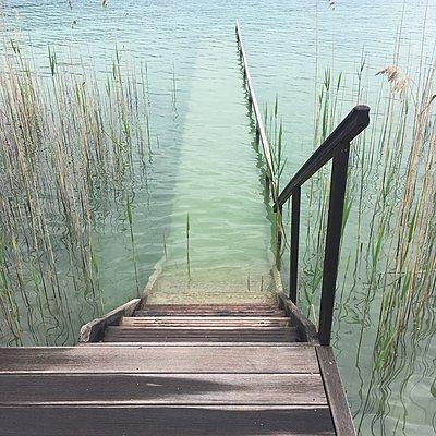 Holztreppe und Steg bei Hochwasser - p1401m2288271 von Jens Goldbeck