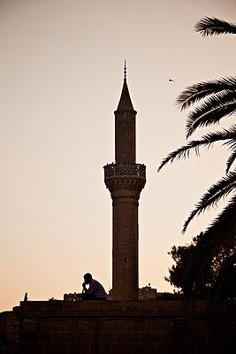Minarett der Halil-Rahman-Moschee am Abend, Sanliurfa, Türkei - p586m971432 von Kniel Synnatzschke