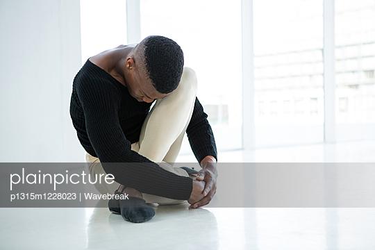 Ballerino practicing ballet dance  - p1315m1228023 by Wavebreak