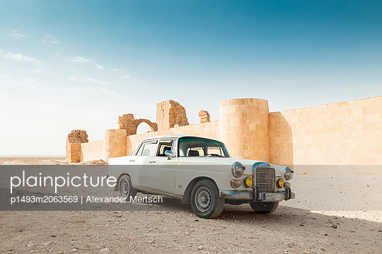 Daimler-Benz W110 bei Burgruinen nahe As-Suchna, Syrien - p1493m2063569 von Alexander Mertsch