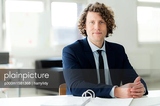 Portrait of a businessman in his office - p300m1581368 von harrylidy