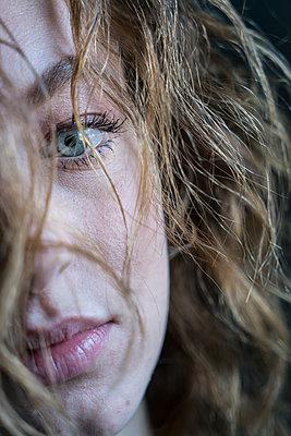 Portrait of a woman - p427m2031337 by R. Mohr