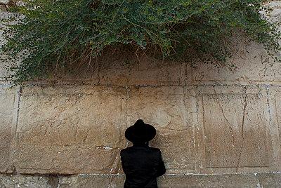 Gläubiger an der Klagemauer - p942m658064 von albinmillot