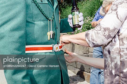 Marksmen's fair, Putting on a belt - p1085m2260247 by David Carreno Hansen