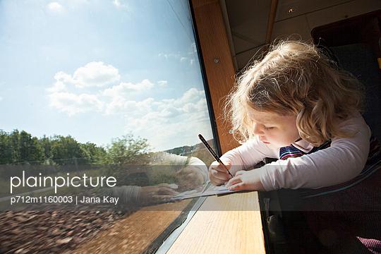 Kleines Mädchen im Zug malt ein Bild  - p712m1160003 von Jana Kay