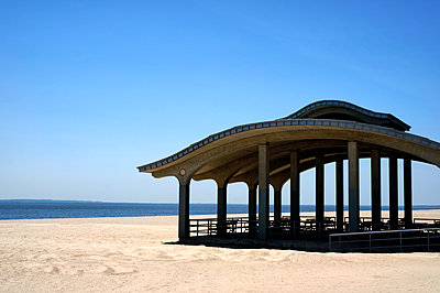 Deserted pavillion on the beach, New York City - p1578m2278100 by Marcus Hammerschmitt