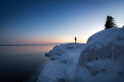 Mann im Schnee und Eis - p718m1051297 von Arne Landwehr