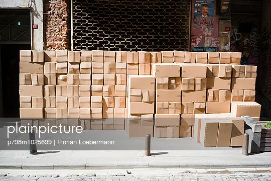Kartons - p798m1025699 von Florian Löbermann