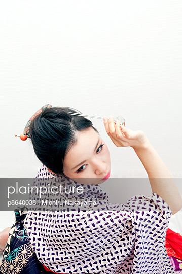 Woman posing with hair decoration - p8640038 by Michiru Nakayama