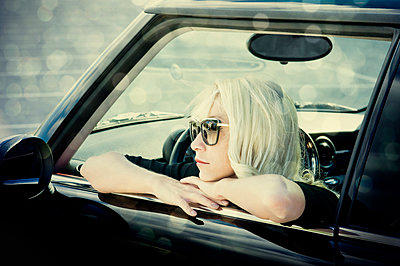 Blonde woman in car - p1445m2128467 by Eugenia Kyriakopoulou