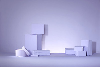 Violette Schachteln auf violettem Untergrund - p237m2128525 von Thordis Rüggeberg