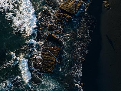Indonesia, Bali, Indian Ocean, Aerial view of rocky coast and waves - p300m2012798 von Konstantin Trubavin