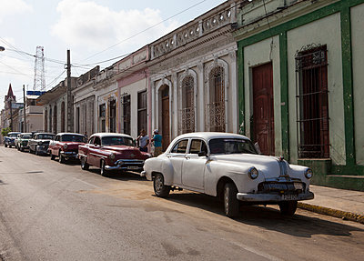 Vintage car in Cuba - p304m1092252 by R. Wolf