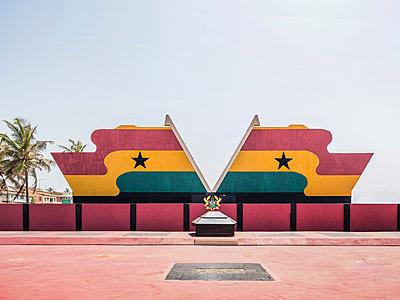 Denkmal des ehemaligen Präsidenten in Accra Ghana im Asomdwe Park - p390m1586491 von Frank Herfort