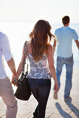 Couple walking hand-in-hand outdoors - p429m1450587 by Henglein and Steets