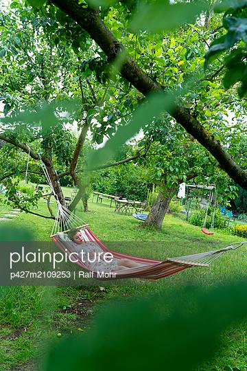 Woman in hammock - p427m2109253 by Ralf Mohr