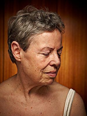 Portrait einer älteren Frau - p1092m1119513 von Rolf Driesen