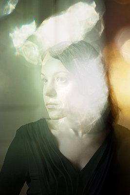 Traurige junge Frau - p1517m2057577 von Nikita Pirogov