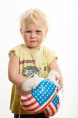 Girl wearing boxing gloves - p236m2072645 by tranquillium