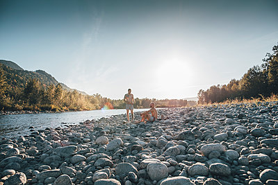 Canada, British Columbia, Chilliwack, two men resting at Fraser River - p300m1568014 by Gustafsson