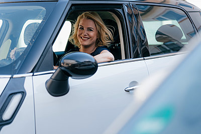 Portrait of smiling woman looking out of car window - p300m2070180 by Kniel Synnatzschke