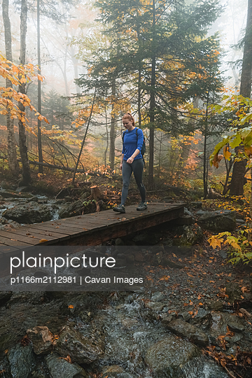 Woman hiking on trail - p1166m2112981 by Cavan Images