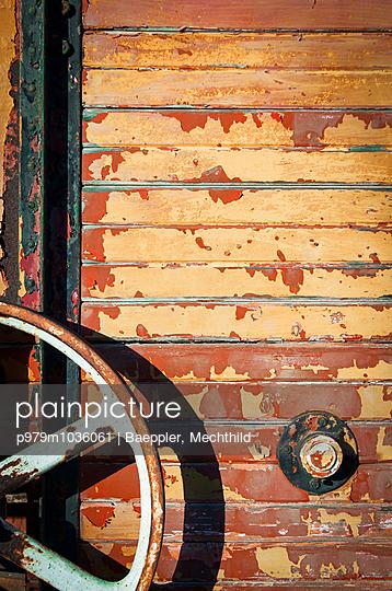 Holzwand mit Maschinenteil - p979m1036061 von Baeppler, Mechthild
