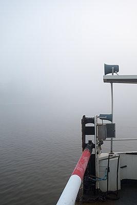 Fähre im Nebel - p1079m1182141 von Ulrich Mertens