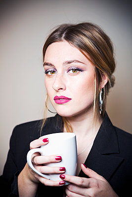 Young woman drinking coffee - p1149m2141366 by Yvonne Röder