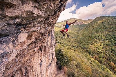 Free climber makes a mistake - p1352m1425336 by Kilian Reil